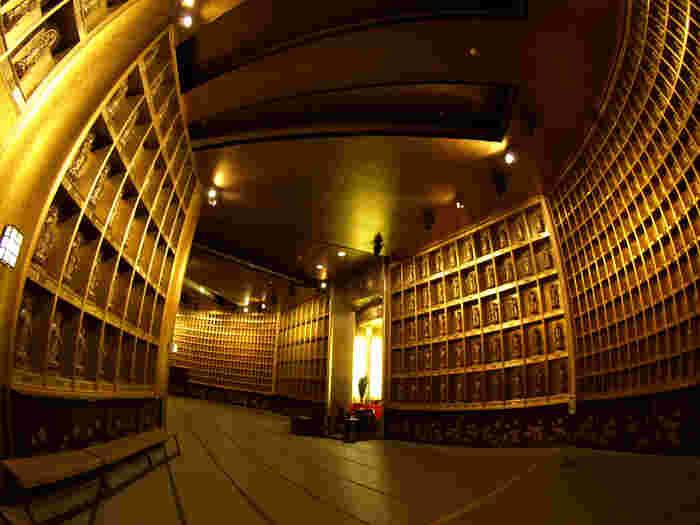 3階の「蓮華蔵世界」には、約3,400体の胎内仏に囲まれた金色の世界が広がっています。毎日朝夕、読経が響き渡る厳粛な空間です。