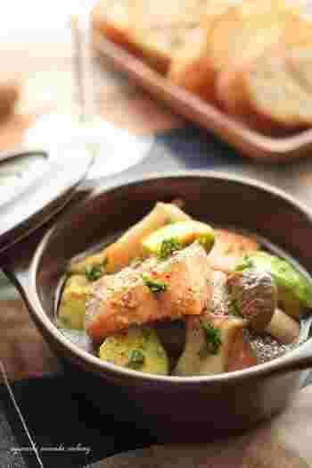 鮭のアスタキサンチンと、アボカドのビタミンEで栄養たっぷりなアヒージョです。鮭の旨味ととろりとしたアボカド、エリンギの歯ごたえのバランスが絶妙。使用する鮭の塩加減によって、ハーブソルトの量も調節しましょう。