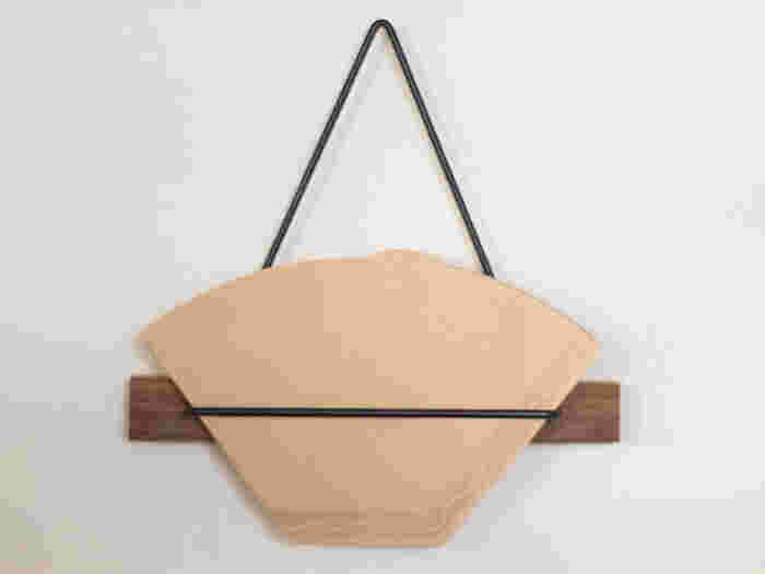 吊るして収納できるホルダーです。アイアン部分にフィルターを引っ掛けるだけなので、出し入れも簡単!シックな色合いで、かっこよく大人っぽいインテリアに合いそう。