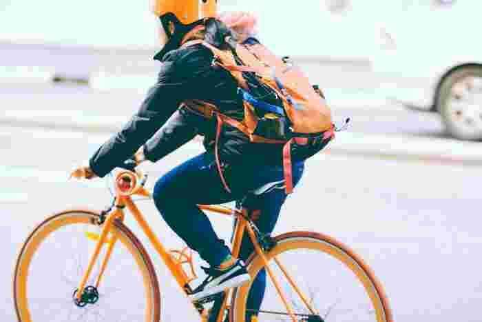 スポーツをしない人でも日常的に乗る機会の多い「自転車」。初心者さんなら、まずは通勤や買い物にサイクリングを取り入れるだけでも十分です。良い姿勢をキープしながら漕ぐのが美脚になるポイントだそうですよ。