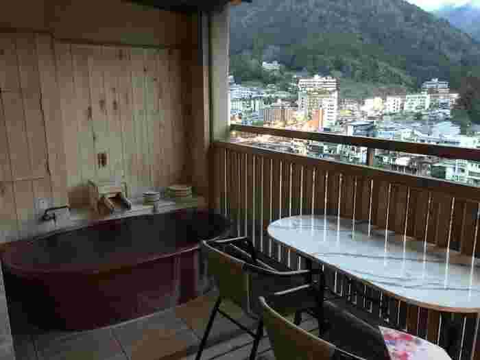 「臨川閣」には、飛騨川を臨む客室露天風呂が付いている客室もあります。子供や赤ちゃん連れのご家族、またカップルの方など、まわりを気にせずプライベートなひと時を過ごしたい方におすすめです。