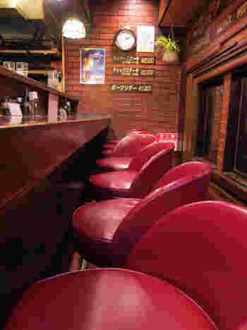 店内は、ぐるりとキッチンを囲むように赤い椅子が並ぶカウンター席。シェフがテキパキと料理を作る姿を眺めるのも楽しい時間になります。