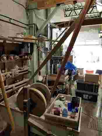 体験では、初めに江戸硝子について説明を受けたり、工場内を案内していただきます。工場の動力となる珍しいキャタピラ型のモーターやガラス加工の機械など、初めて目にする機械やノスタルジックな加工場に雰囲気にワクワクしますね。