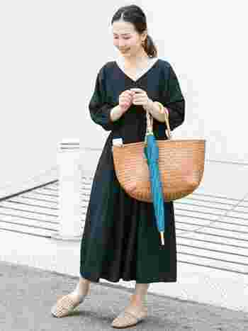 程よい透け感のあるワンピース。ブラックカラーなら汚れも目立ちません。傘でコーデに彩りを加えて、明るく軽やかに。バッグや足元は色を統一しましょう。