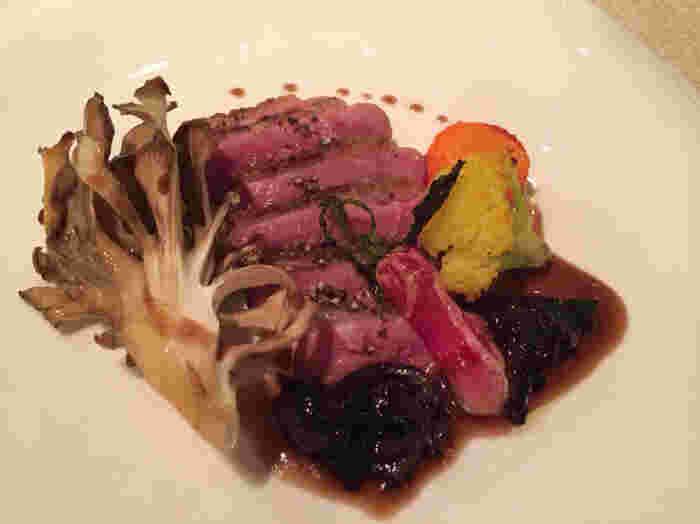 舞茸が鴨のローストに寄り添うように提供される一皿はまさに絶品!キノコの歴史も知ることができる「エブリコ」はわざわざ訪れたいとっても素敵で美味しいレストランです。