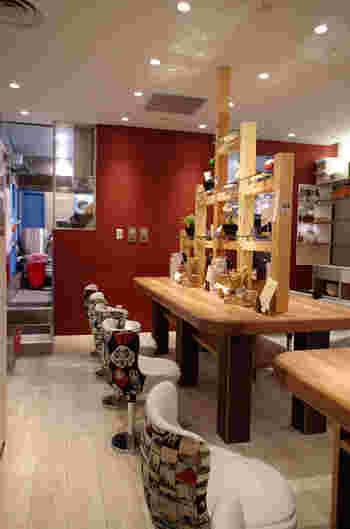 """""""女性や外国人のお客さんにも来てほしい""""というオーナーの想いから、店内はとてもおしゃれ。カフェのような店内は、いつも活気にあふれています。"""