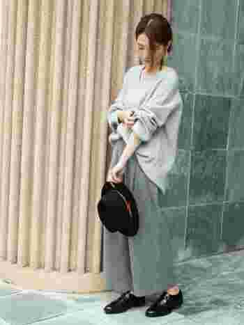ウール素材のワイドパンツにVネックニットといった「ゆったり×ゆったり」のコーデは、フロントインがきいた絶妙なシルエット。さらに、首・手首・足首をみせることで、だぼつかずにぬけ感のあるスタイリングに仕上がります。
