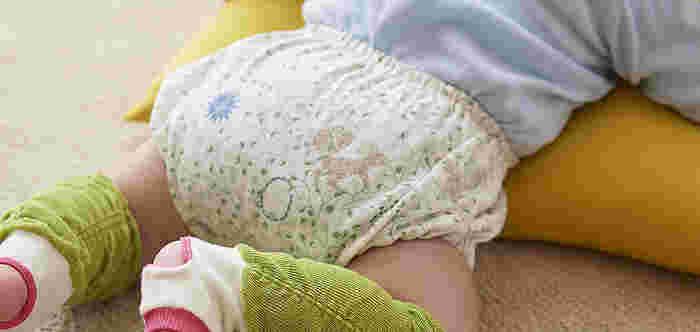 北欧風のやさしい柄のベビーブルマは、赤ちゃんのオムツをすっぽりおしゃれにカバーしてくれます。こちらは、糸を二重に織り上げたガーゼ素材に、繊維をもみほぐすタンブラー加工を施したやさしい肌触りです。