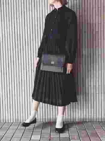 ワンピースはさらりとそのまま着こなすのがパリジェンヌスタイル。ヴィンテージな古着のワンピースだって自分らしく着こなします。