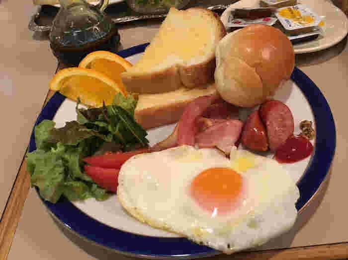 サラダや目玉焼き、ウインナーなどがセットになった「ワンディッシュブレックファスト」は、ボリューム満点で朝から元気になれそうですね。