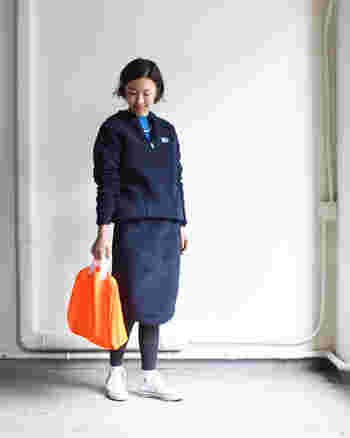 パイル素材のあったかスカートは、同素材のジャケットと合わせてワンカラーでまとめています。オレンジのバッグを差し色に効かせて、遊び心もプラス!