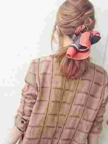 編み込んだ髪に、ふんわりスカーフを結んだ華やかなアレンジ。スカーフの色や柄で印象をがらりと変えることが出来ますよ。