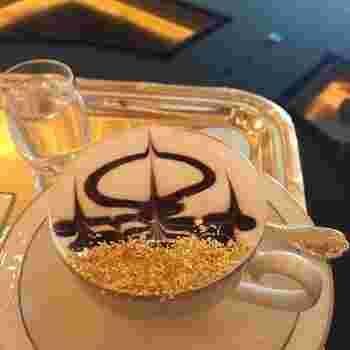 ホテルのラウンジのカフェで提供されるカプチーノも金粉入りです。