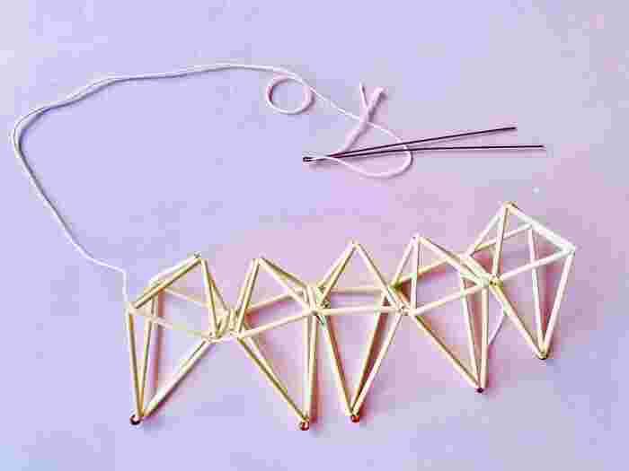 さらに、このパーツ5つを連結させてくるりと円を描くように丸めると・・・