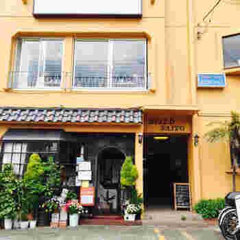 風味豊かなタイのハーブ&スパイスと、地元・鎌倉産の食材を融合させた、美味しいタイ料理を味わえるお店。⻑⾕駅から海に向かって少し歩いたところ、こちらのビルの2階にあります。