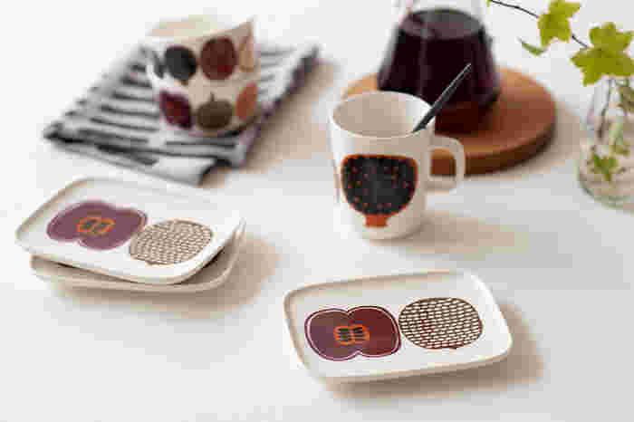 スタイリッシュなスクエアプレートは小ぶりのサイズながらも程よい厚みがあり、料理の取り皿やケーキをのせるデザート皿など幅広い用途に活躍してくれます。単品使いも素敵ですが、同じコンポッティ ブラウンのボウルやマグカップも一緒に揃えると、より華やかでおしゃれなコーディネートが楽しめますよ◎。北欧らしいモダンなデザインのスクエアプレートは、飾り皿としての存在感も十分にあり、インテリアのアクセントにもぜひおすすめです。