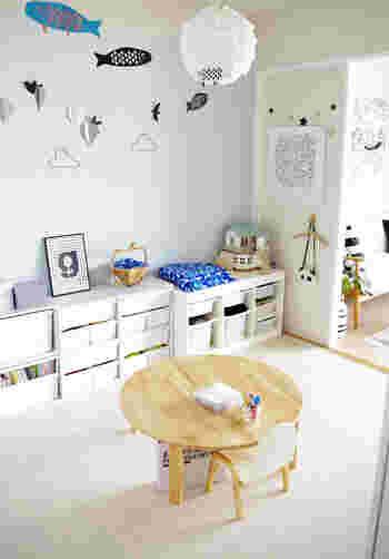 まず、一番初めに決めることは、「どこにおもちゃを片付けるか」です。 収納場所を決める時は、どこで遊ぶかが重要。リビングならリビングの一角。和室なら押入れなど、遊ぶ場所から近ければ近いほど片付けるのが楽になります。 子どもが遊ぶ場所の近くに収納場所を設けましょう。