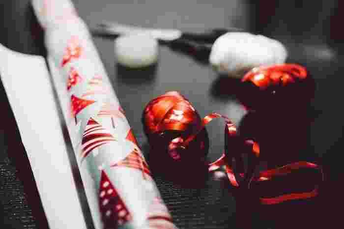 Photo on [VisualHunt](https://visualhunt.com/re4/d385078b)  ゴールド、シルバー、グリーンにレッドなどのクリスマスカラーのキラキラした細いリボンがあれば、それだけでクリスマスを演出できちゃいます。ラッピングが苦手の方も、巾着結びにしたところにキラキラリボンを巻きつけるだけでGOOD◎