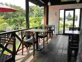 店は、古民家風の造りになっていて、テーブル席や座敷が用意されています。暖かい日には、テラス席での食事もおすすめ!金鱗湖を眺めながら、のんびりとしたひと時をお過ごしください…。