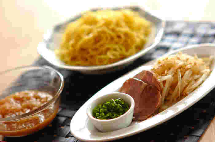 大根おろし入りの麺つゆで食べる中華麺は新鮮な味わいに満ちています。具材のチャーシューやネギなどは、彩りを考えて揃えると見栄え良く、美味しそうに仕上がります。