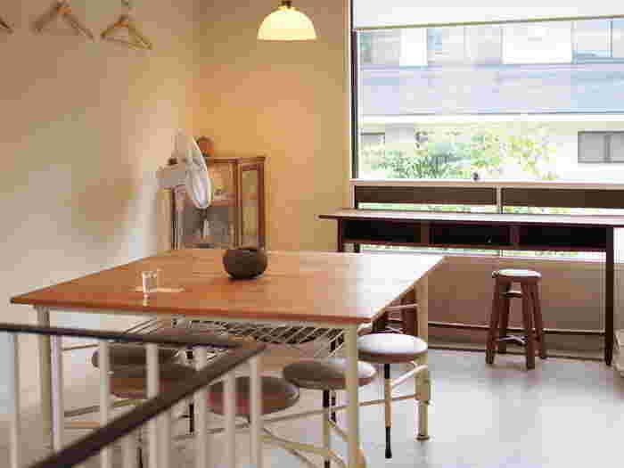 1階がケーキや焼き菓子を販売する店舗。その2階がカフェとなっており、洋菓子店に併設されているカフェとしては珍しくコーヒーやお茶を茶釜で1杯ずつ淹れているそうです。